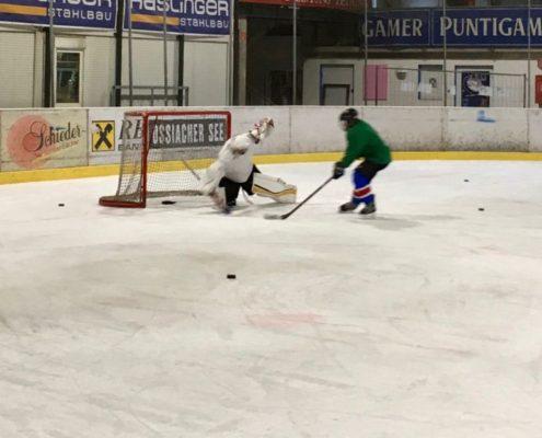 Tormann mit Spieler am Eis